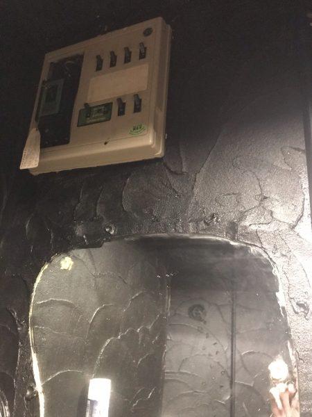 トイレ内上部にブレーカーがございます。