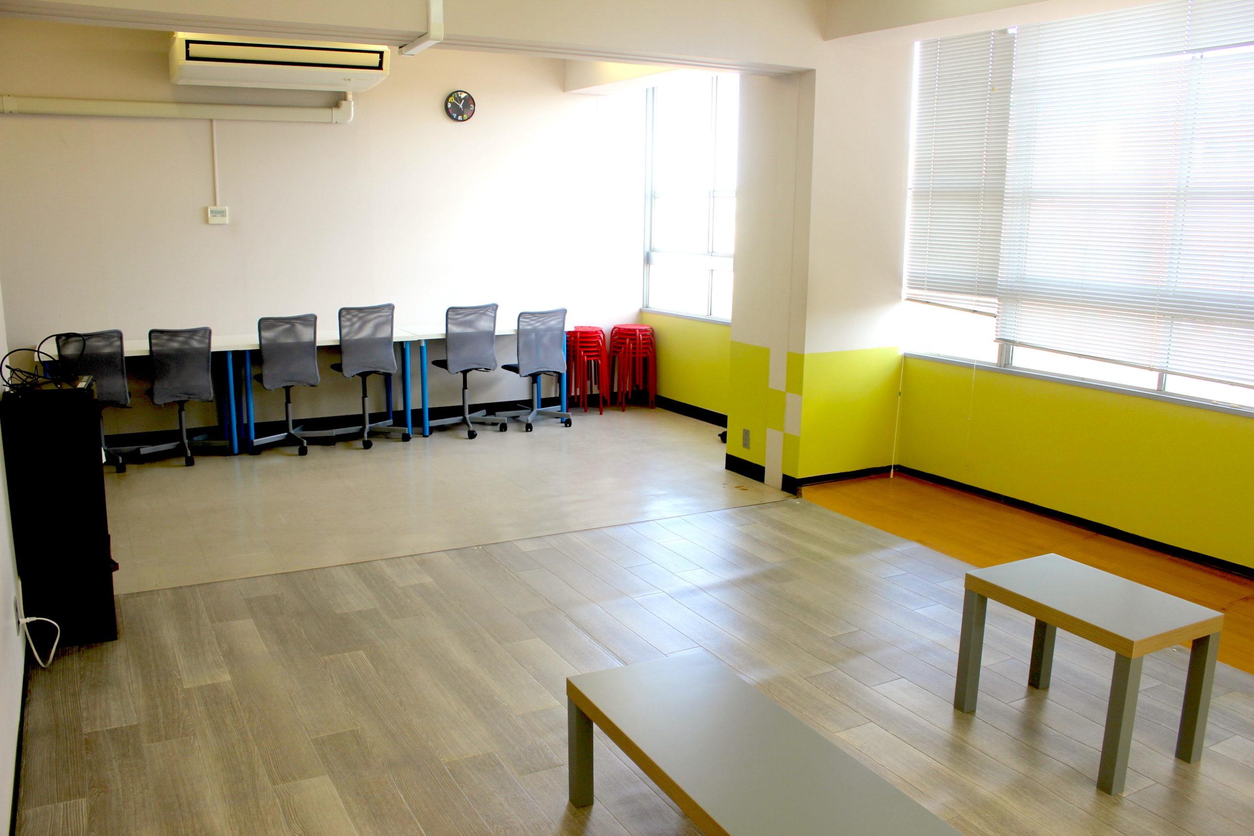 靴のままで利用できるテーブルと椅子が20席。10畳の小あがりがあるので利用用途は様々です。